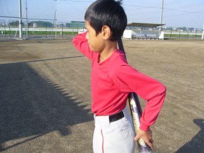 バットを使った野球少年の上腕三頭筋の鍛え方