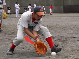 少年野球のゴロ捕球練習